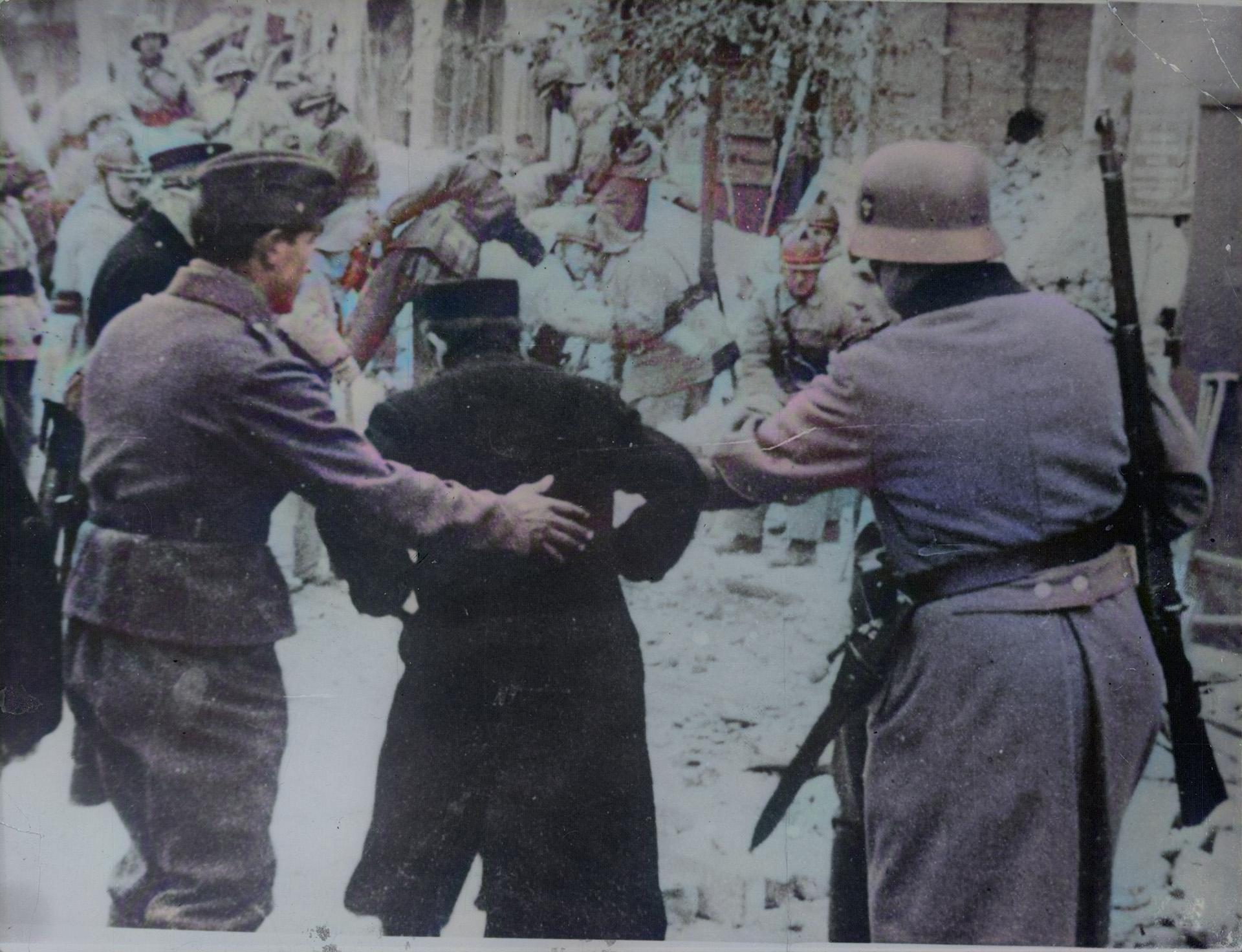 La gestapo arrestando a un hombre
